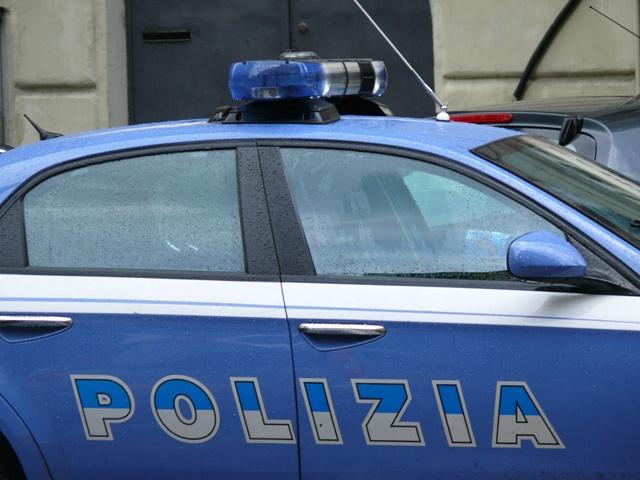 Cercano di acquistare orologi di lusso con assegni falsi: scoperti da poliziotto fuori servizio