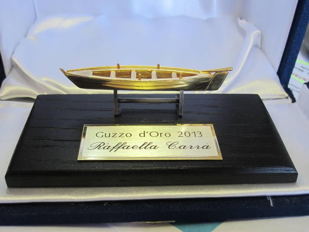 Photo of Porto Santo Stefano: consegna del 1° Guzzo d'oro a Raffaella Carrà in ricordo di Brando Giordani