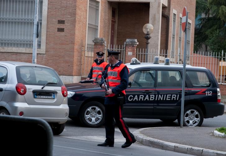 Rubano 800 euro con la complicità di un bimbo da un'agenzia di pratiche auto