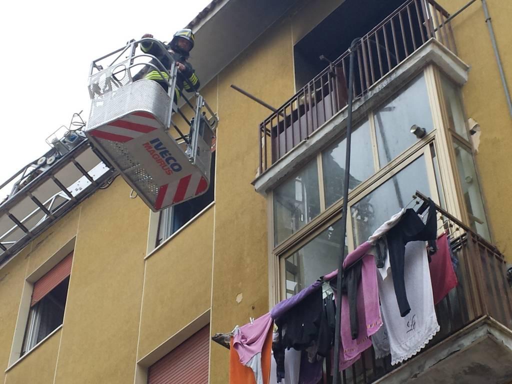 Incendio in via Calabria: dichiarato inagibile l'appartamento colpito dalle fiamme. Nessun pericolo per le altre abitazioni