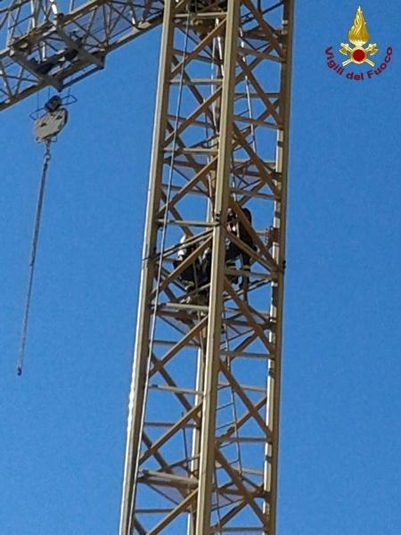 Non riceve lo stipendio da mesi: operaio si arrampica su una gru per protesta