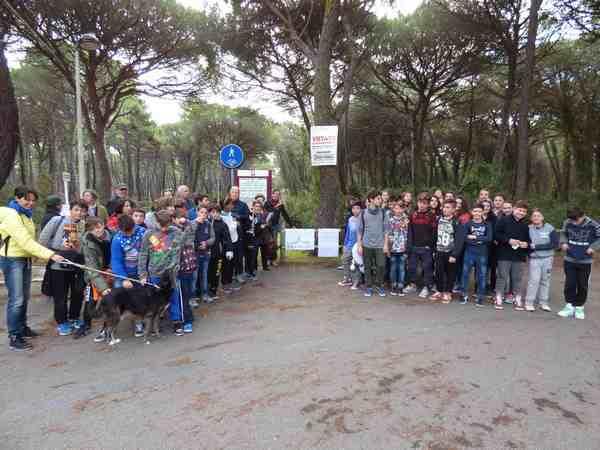 Celebrata la Giornata nazionale dell'albero: gli studenti recitano poesie ai pini di Marina