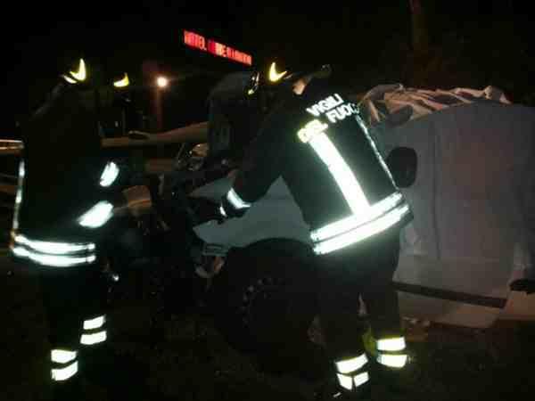 Photo of Esce di strada con il furgone: uomo muore sul colpo