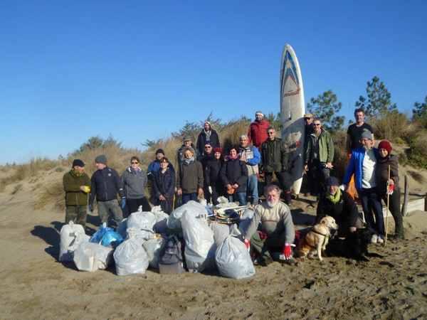 Volontari ed EcoAmbiente ripuliscono le dune di Marina e Principina. Il plauso di Bonifazi