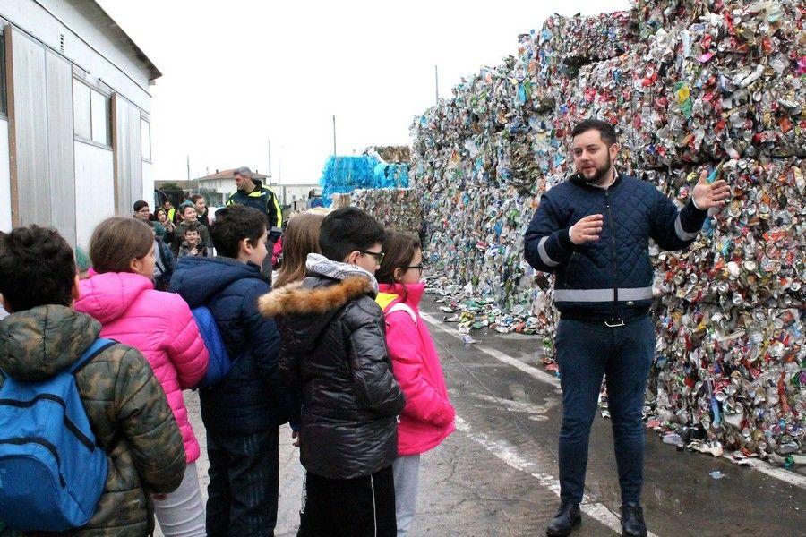 Photo of Oltre 300 bambini visitano l'impianto Ecolat di selezione del multimateriale a Grosseto