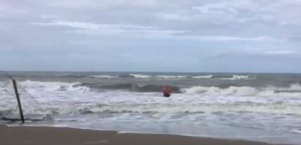 Vivarelli Colonna si tuffa a Marina per dimostrare che la balneazione è sicura