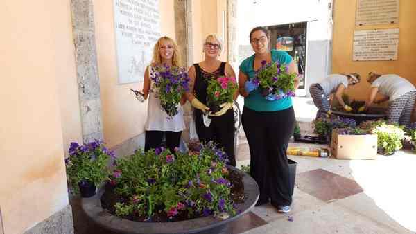 Lotta al degrado: 4 consigliere abbelliscono le fioriere sotto il Municipio