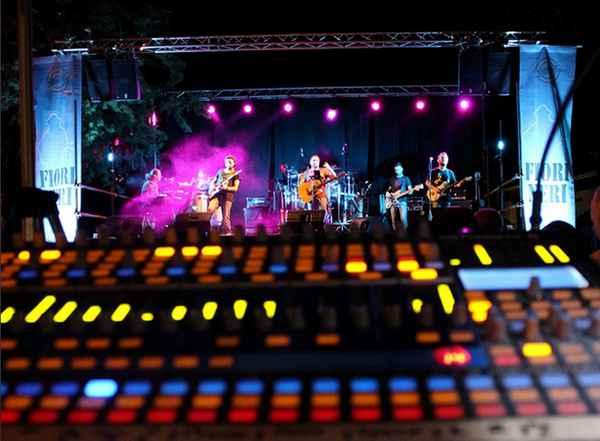 Fiori Neri in concerto, la cover band dei Nomadi a Pitigliano