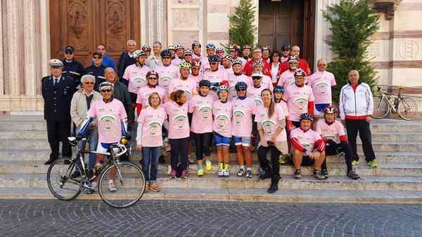 """Ciclismo e solidarietà: 50 grossetani in sella per dire """"No"""" al tumore al seno"""