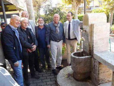 I ragazzi dei palazzi Ferrovieri si ritrovano: inaugurata la restaurata fontana in travertino