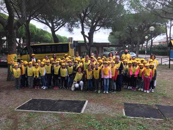 """""""Puliamo il mondo"""": gli studenti in azione nella pineta del Tombolo"""