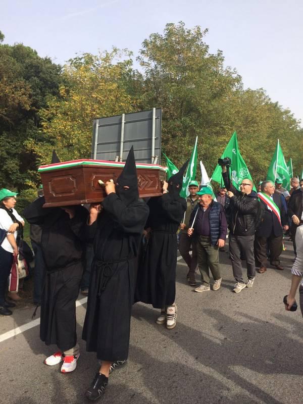 """""""Il grano è morto"""" grande partecipazione per la manifestazione di protesta degli agricoltori"""
