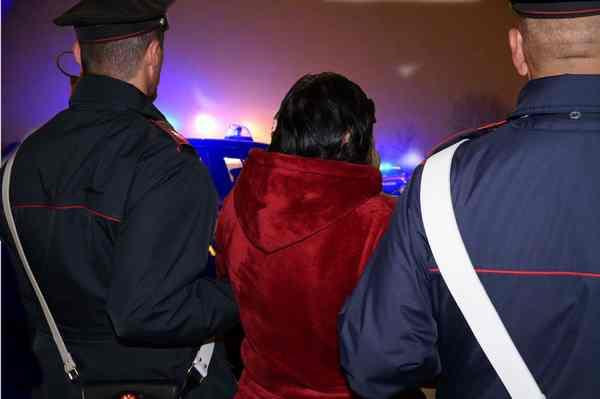 Filmano rapporto sessuale con una donna e la ricattano: quattro arresti