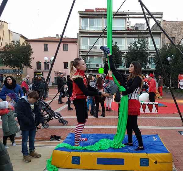 Il circo sbarca nel cuore di Grosseto: trampolieri, giocolieri ed equilibristi sfilano in centro