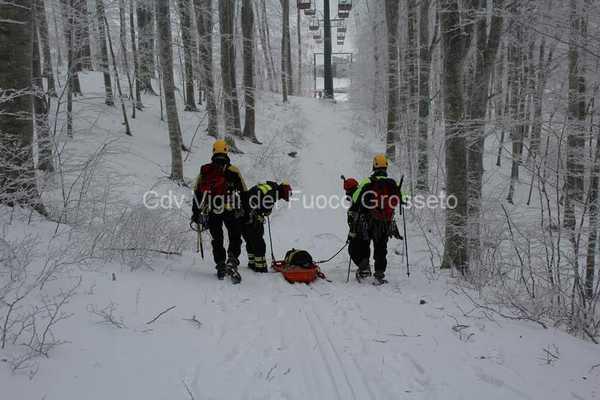 Evacuazione di una funivia e soccorso a sciatori: esercitazione dei Vigili del Fuoco sull'Amiata