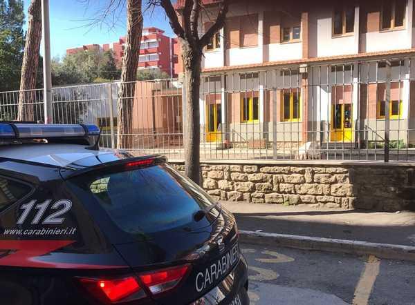 Rubano vestiti di Carnevale e soldi in una scuola: inseguiti da cittadini e Carabinieri ed arrestati