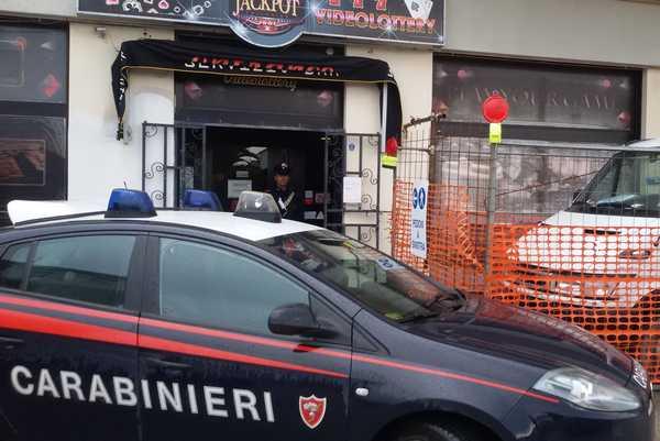 Photo of Rubò in una sala giochi dopo aver picchiato la commessa: arrestato dai Carabinieri