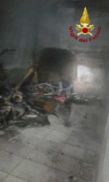 Incendio in un garage: distrutti quattro motorini – FOTO