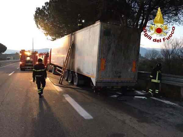 Camion di rifiuti in fiamme sull'Aurelia: intervento dei Vigili del Fuoco