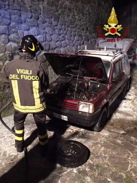 Corto circuito della batteria: auto in fiamme – FOTO