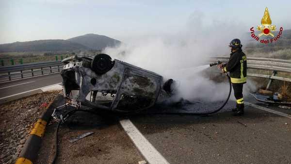 Arcevia, l'auto si ribalta e prende fuoco: muore il conducente