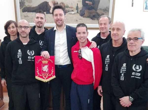 Photo of Otto maremmani in partenza per i mondiali di atletica: l'assessore Rossi li riceve in Municipio