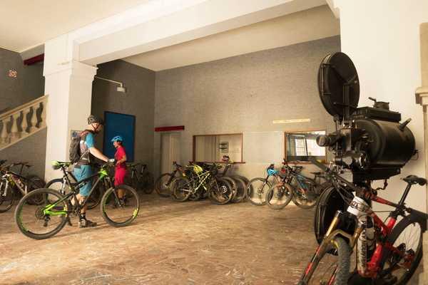 Il cicloturista fa shopping e lascia la bici al sicuro: ecco l'iniziativa di Ascom