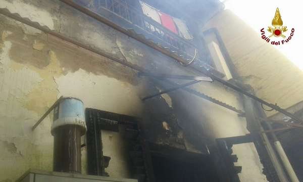 Incendio in un appartamento nei pressi del centro: Vigili del Fuoco sul posto – FOTO