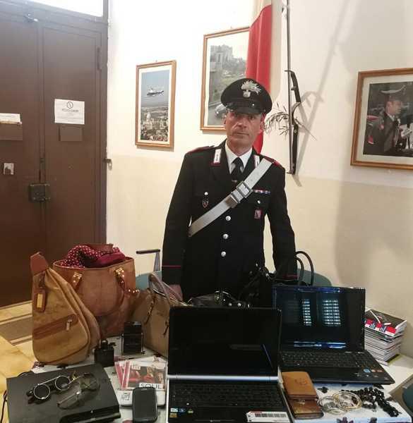 Non si fermano all'alt dopo aver svaligiato due case: inseguiti e arrestati dai Carabinieri