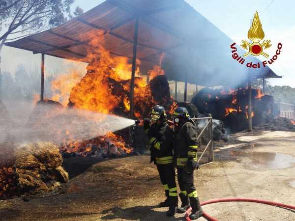 Incendio a Borgo Santa Rita, a fuoco sterpaglie e rotoballe