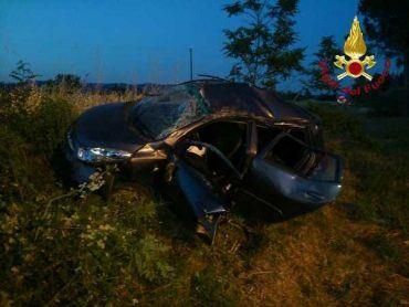 Incidente stradale: ragazza rimane incastrata nell'auto