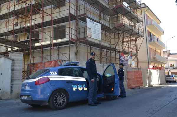 Controlli della polizia in via Fucini, sgomberati clandestini da edificio in costruzione