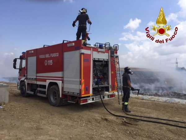 Sterpaglie in fiamme nei pressi della stazione: intervento dei Vigili del Fuoco