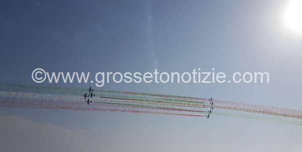 Un cuore tricolore illumina Marina: Grosseto in festa per l'Air Show – FOTO E VIDEO