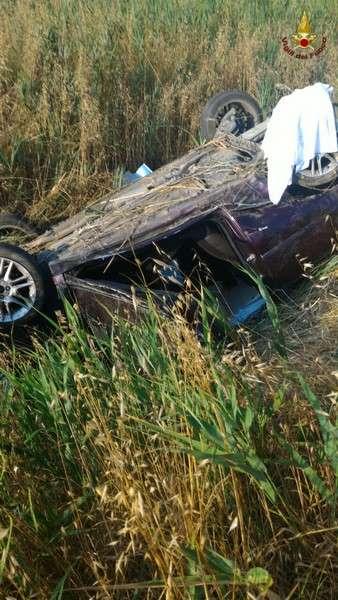 Finisce nel campo con l'auto: uomo in gravi condizioni, trasportato a Siena