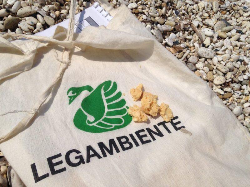 Schiume spiaggiate lungo le coste toscane: rifiuti di questo tipo anche a Scarlino e a Marina di Grosseto
