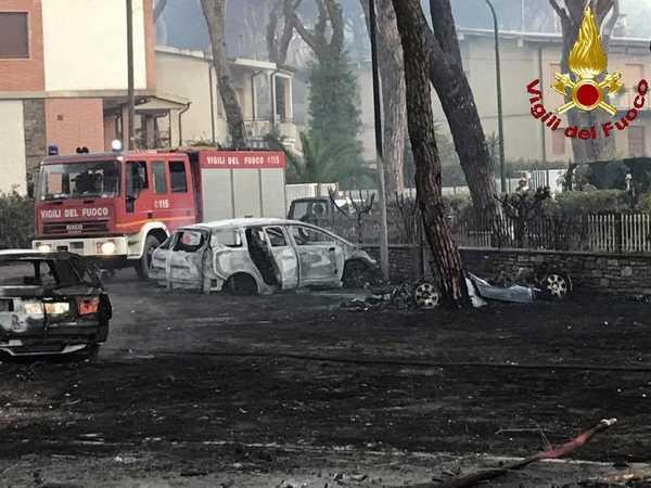 Marina, domato l'incendio. 26 auto bruciate, 2 persone ustionate. Il Comune offre posti letto per le famiglie evacuate