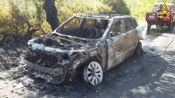 Photo of Auto parcheggiata prende fuoco: le fiamme si propagano nel campo – FOTO