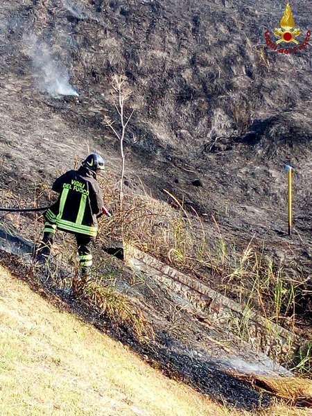 Incendio in città, fiamme in via Aurelia Nord