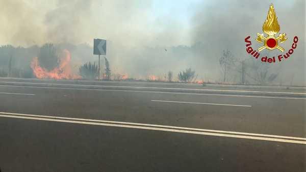 Nuovo incendio a Grosseto: fiamme dietro al centro commerciale