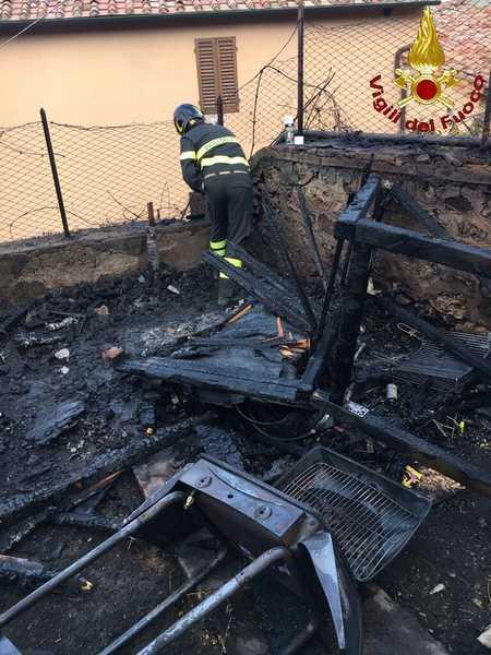 Incendio in un giardino: a fuoco due box di legno e una bombola di gpl