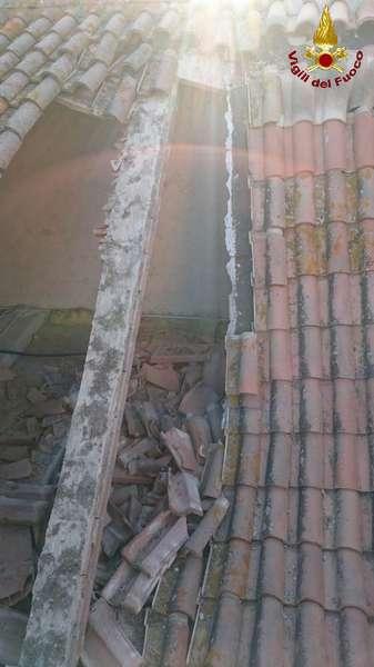 Crollato tetto di un locale accanto alla chiesa di Roselle