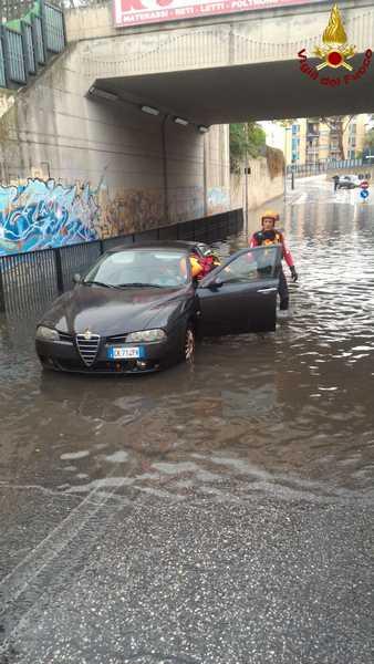 Auto bloccata nel sottopassaggio per la pioggia: i Vigili del Fuoco liberano il conducente