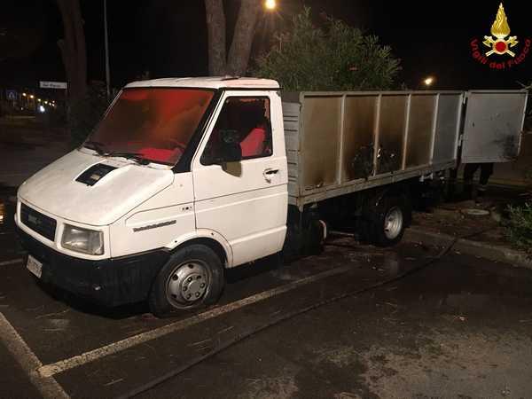 Furgone in fiamme nella notte: danni al cassone del veicolo