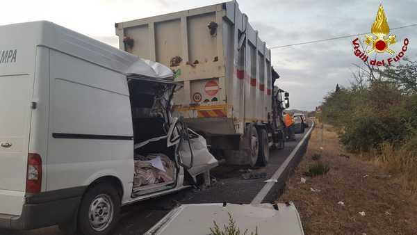 Furgone contro camion rifiuti, un morto