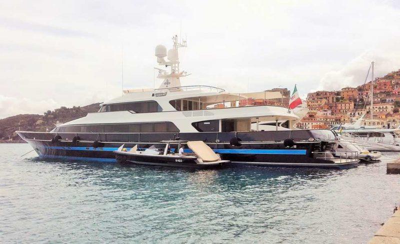 L'elegante yacht T.M. Blue One di Valentino a Porto Santo Stefano
