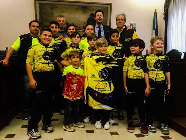 """Il Comune premia i giovani ciclisti per le vittorie ottenute: """"Fate sport con positività"""""""