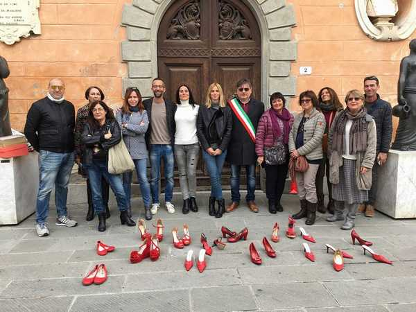 Drappo rosso dalla finestra del comune. Sassari condanna la violenza sulle donne