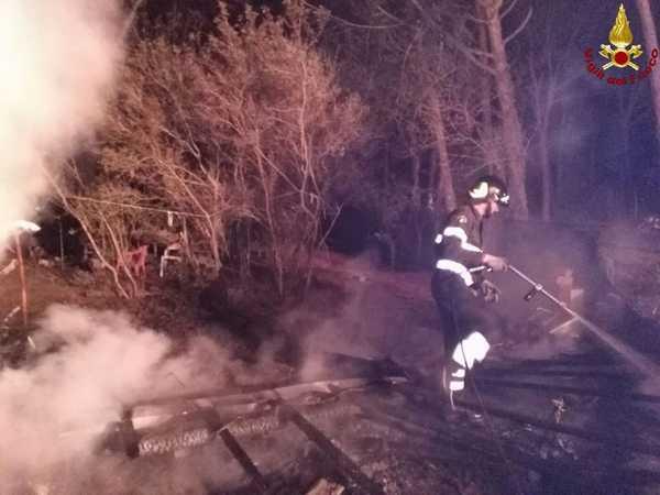 Photo of Incendio in pineta: le fiamme distruggono una baracca – FOTO