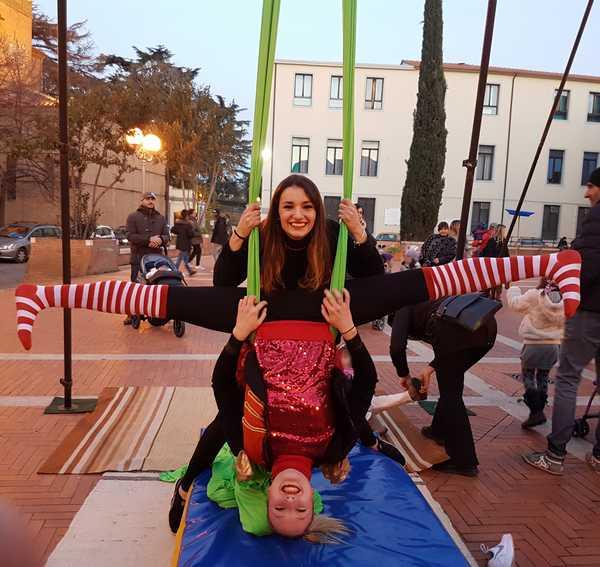 """""""Circo in centro"""": sfilata di equilibristi, scuola di circo e truccabimbi in piazza"""